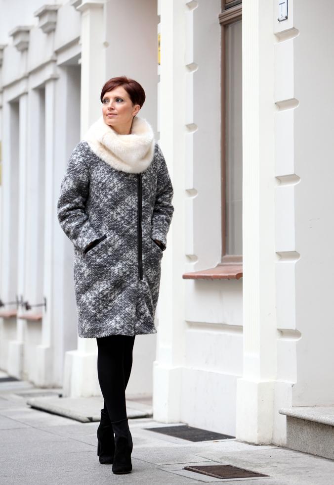 Luiza - płaszcz i biały mur