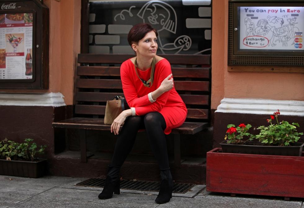 Luiza - sukienka pomarańczowa na ławce