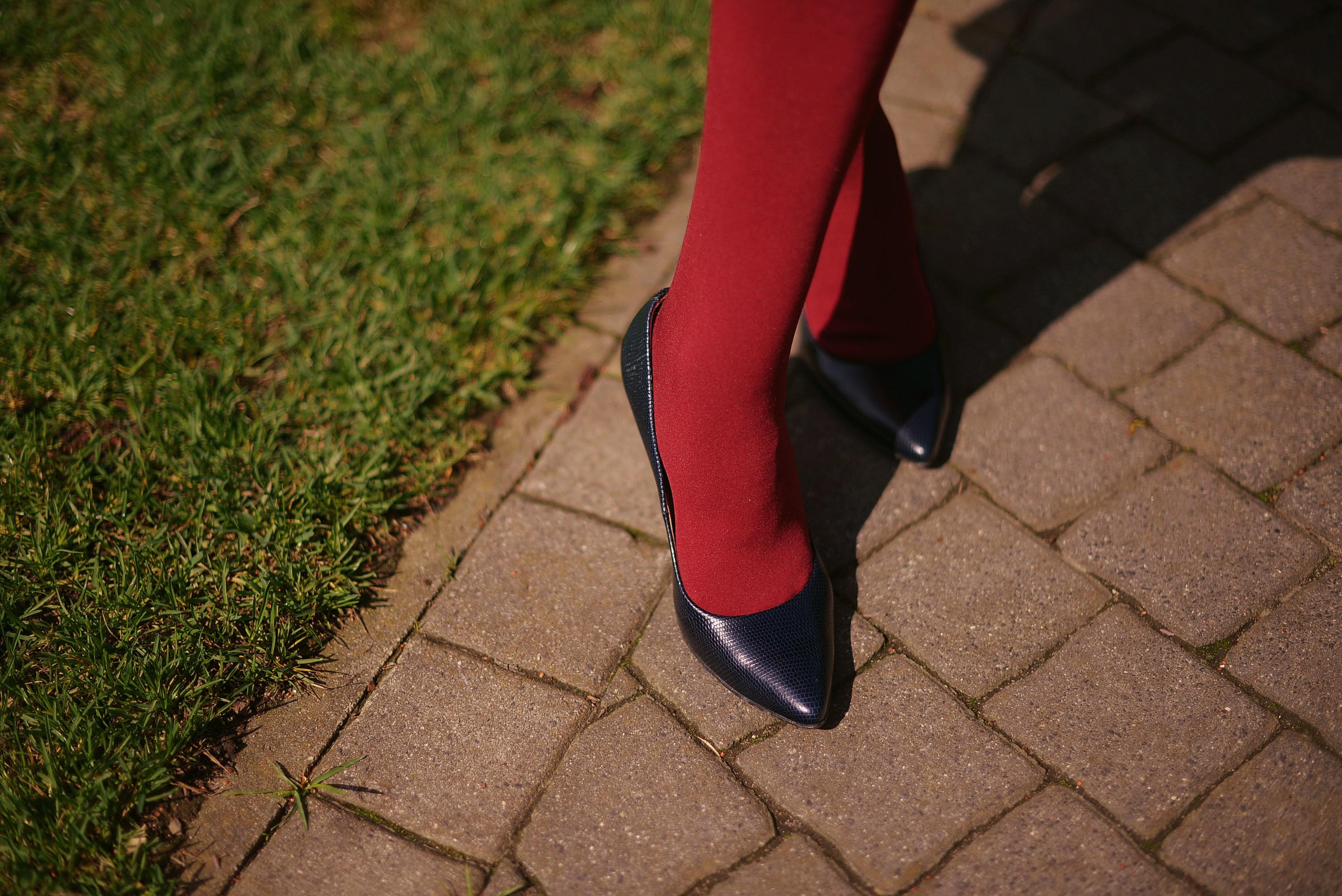 465bb7ead60621 Do tego, jeśli rajstopy są kryjące, można nosić do nich nieco krótszą  sukienkę, czy spódnicę, a panie z bardzo zgrabnymi nogami mogą pokusić się  nawet o ...